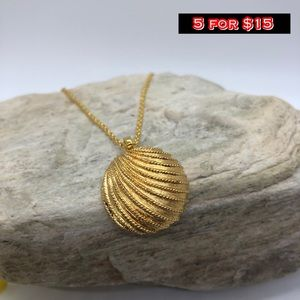 gold sea shell necklace 🐾